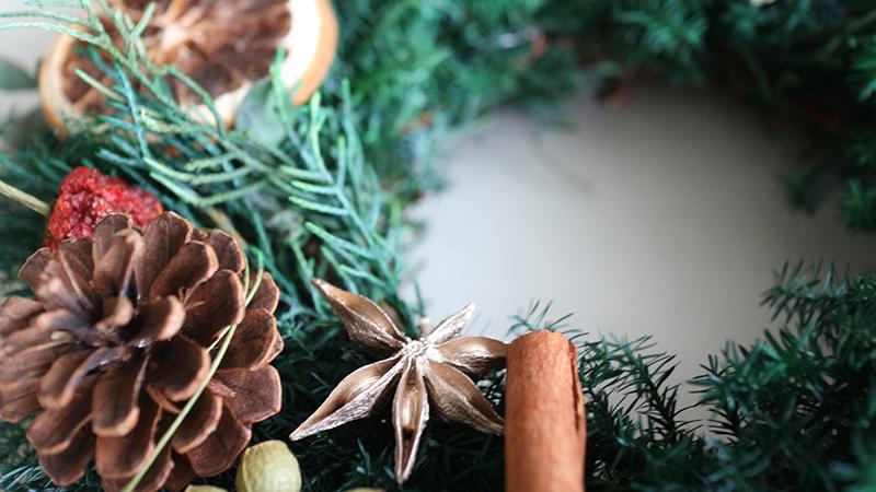 木の実を使ったクリスマスリース(ナチュラル系)